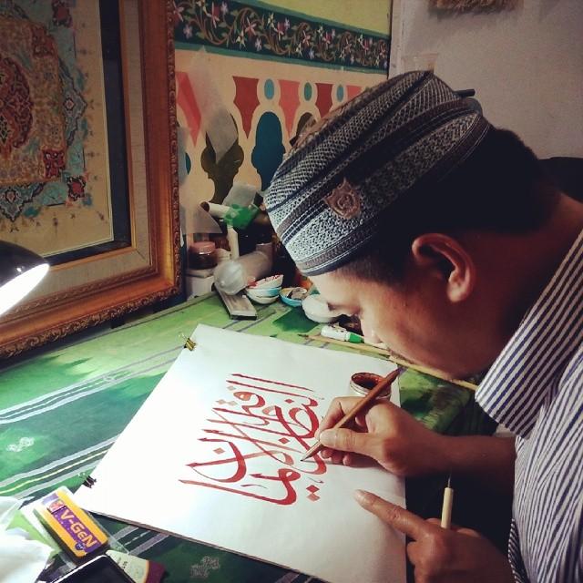 Karya Kaligrafi 2 jam menulis di ruang kerja Ustaz Husain Lemka…- Isep Misbah