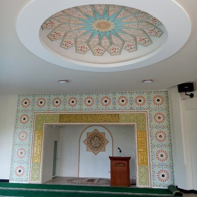 Karya Kaligrafi kaligrafi dan ornamen pada interior Masjid Gardeni Estate dibuat dengan bahan GR…- Isep Misbah