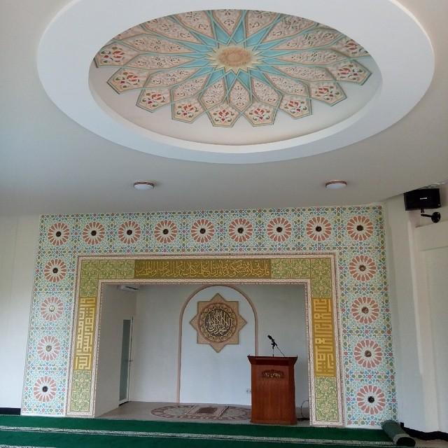 Karya Kaligrafi kaligrafi dan ornamen pada interior Masjid Gardeni Estate dibuat dengan bahan GR...- Isep Misbah 7