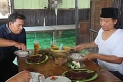 Gambar mungkin berisi: 2 orang, termasuk Didin Sirojuddin Ar, orang makan, orang duduk dan makanan