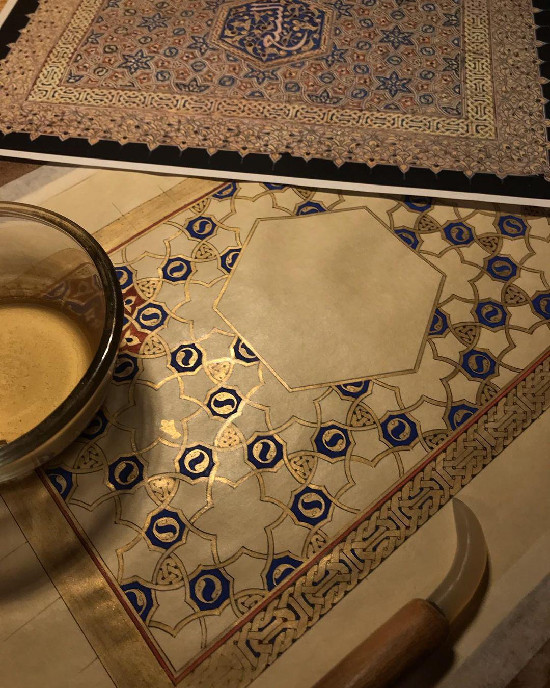 Karya Kaligrafi  نه دامیست نه زنجیر همه بسته چراییم چه بندست چه زنجیر که برپاست خدایا مولانا . گ…- Ne Javaher
