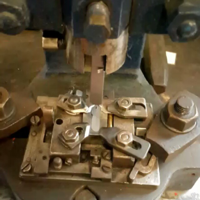 Khat Diwani Ajhalawani/Amr المرحلة الثالثة من #مراحل_تصنيع_السلاية_المعدنية هو وضع وسم باسم المصنع المنتج ل… 38