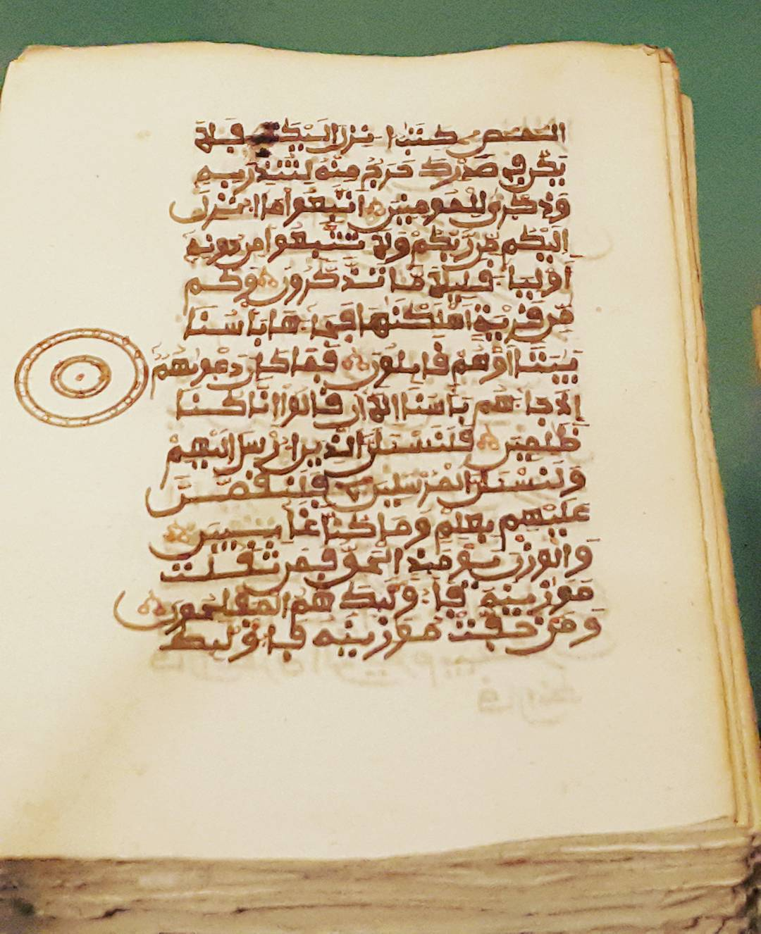 Khat Diwani Ajhalawani/Amr صورة مكبرة لإحدى صفحات القرآن الغير مغلف كتبت ب #الخط_المغربي ب #المتحف_البريطان... 45 1