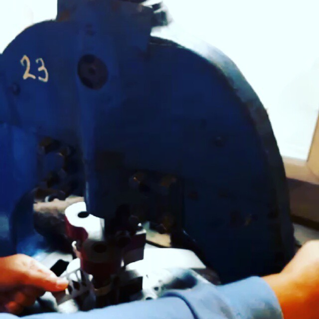 Khat Diwani Ajhalawani/Amr فيديو يوضح المرحلة الأولى لقطع السلاية المعدنية من المادة الخام.  #مراحل_تصنيع_ا… 33