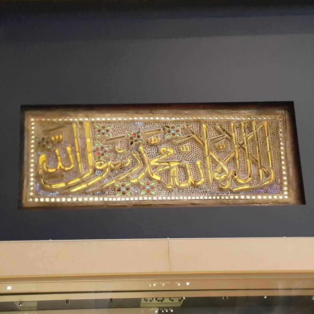 Khat Diwani Ajhalawani/Amr نافذة مصنوعة من الجبس والزجاج الملون مكتوب عليها الشهادتين ب #خط_الثلث  المكان: … 34