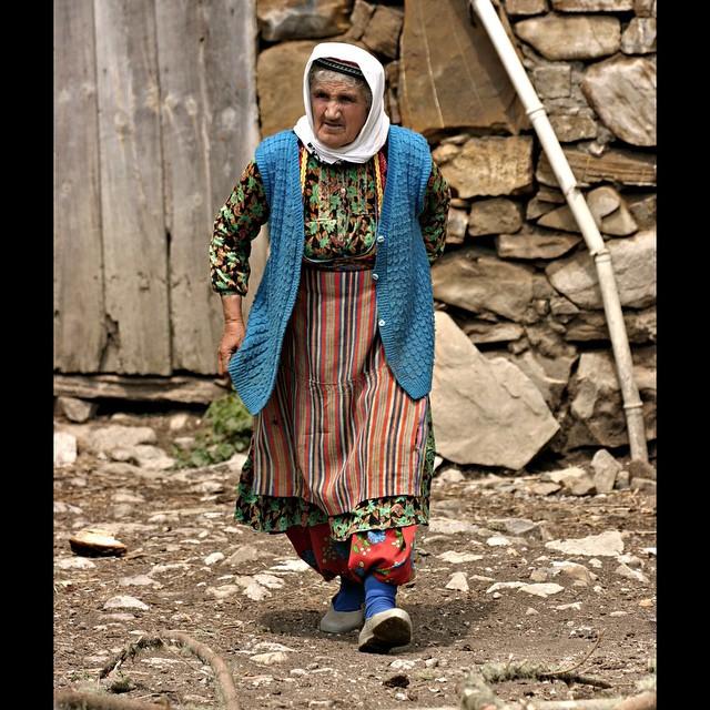 Donwload Photo Kaligrafi Kastamonu köylerinde yerel kıyafetleriyle yaşlı bir hanım. عجوز في احدى قرى مدين…- ozcay