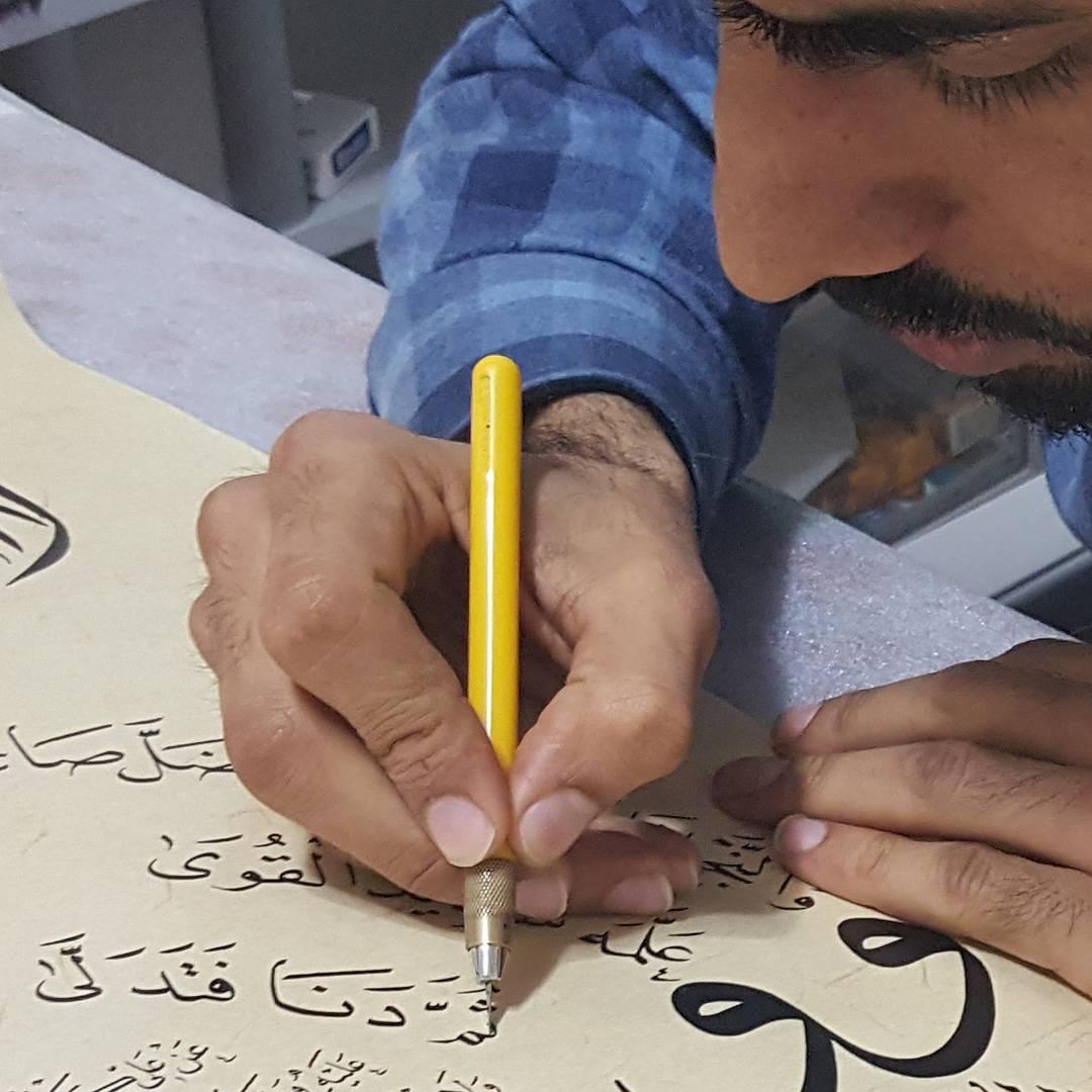 Khat Diwani Ajhalawani/Amr أثناء تنفيذ لوحة الحلية بشكل جديد… 231