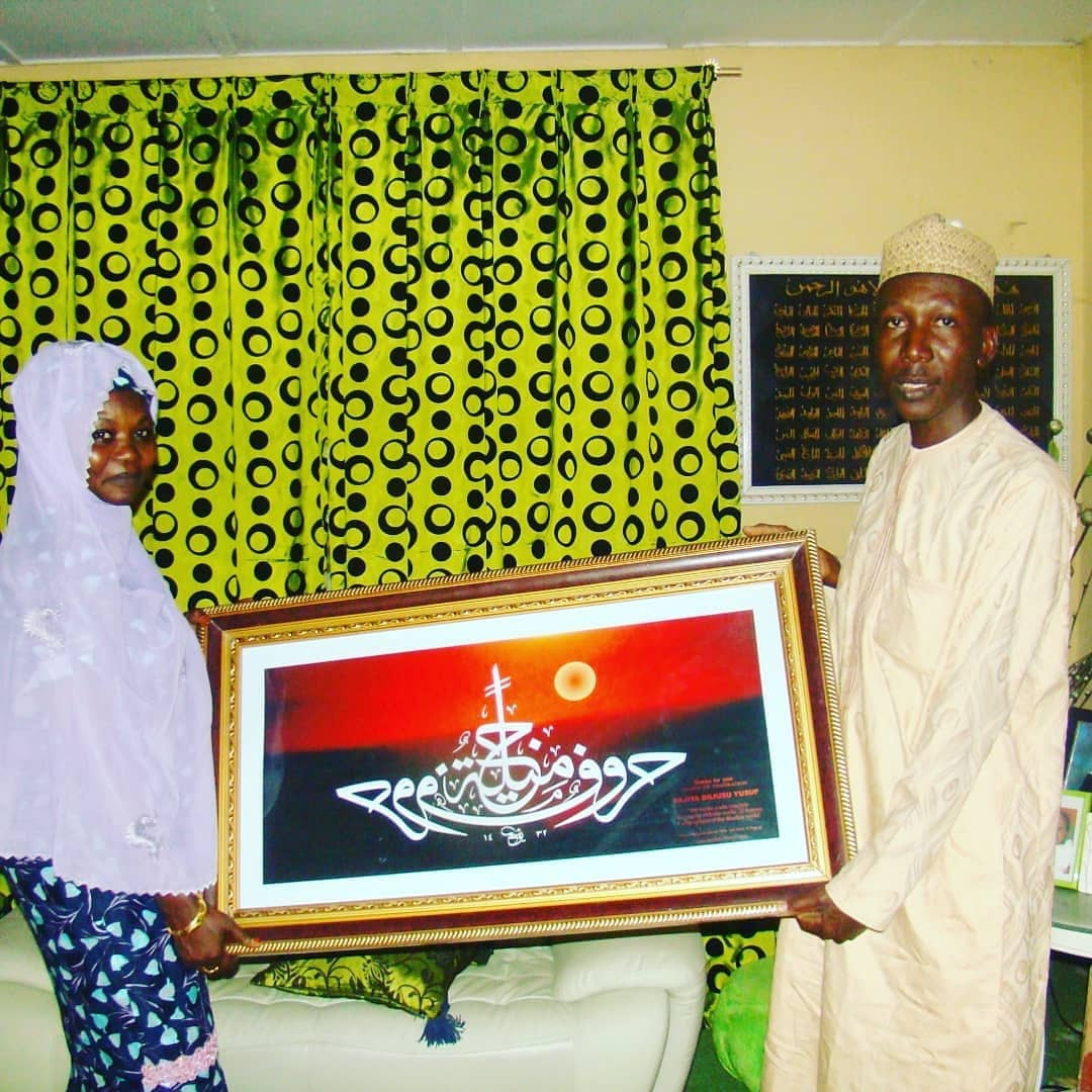 "Donwload Photo Khat Unik After presenting ""Ark of beauty"" to Hajiya Bilkisu Yusuf, her husband the then M... - Yushaa Abdullah 4"