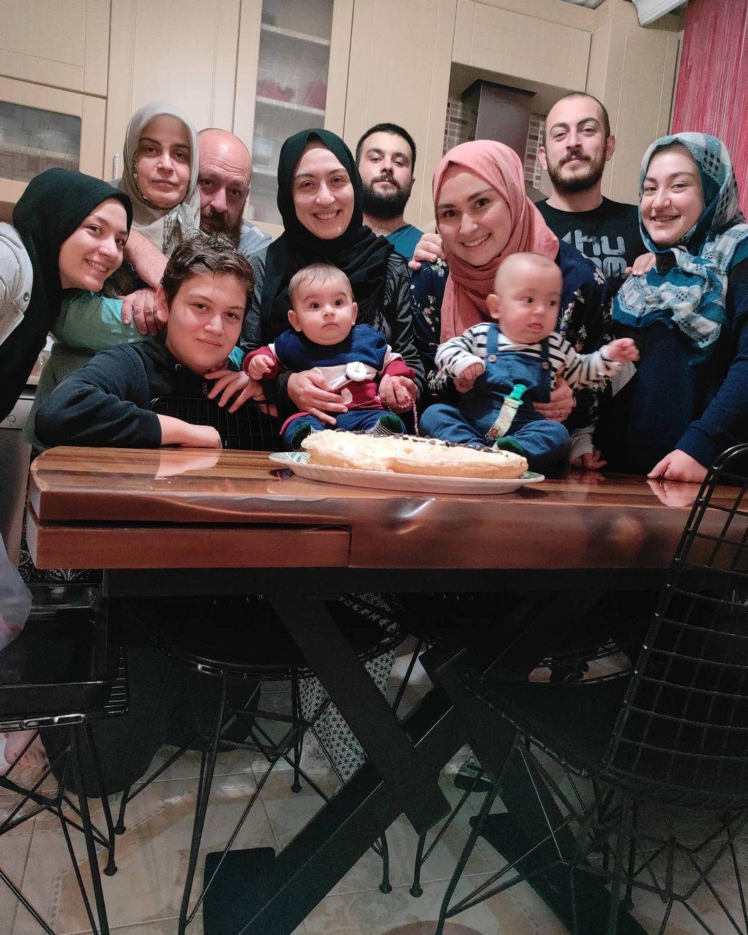 Donwload Photo Bir ailesi olması lazım insanın. Hayatın zorluklına direneceği zaman arkasında s…- Hattat Mahmud