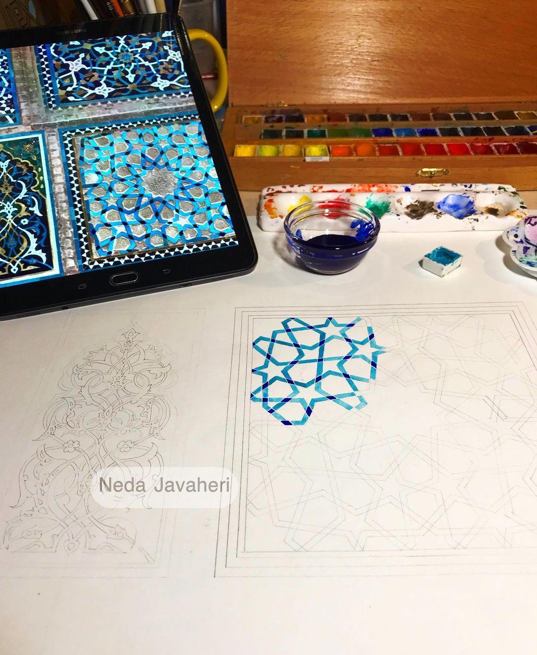 Karya Kaligrafi  و آدمی بزرگ میشود، اما به مرور… کم کم یاد میگیرد کاری به کار دنیا نداشتهبا…- Ne Javaher