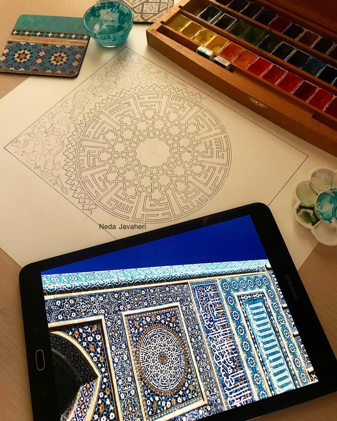 Karya Kaligrafi  نیاز دارم مدتی نباشم ؛ سفر کنم به جایی که هیچ کسی را نشناسم ، به جایی که هیچ کس…- Ne Javaher